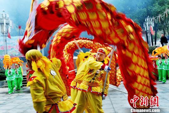 江西德兴农民舞蛟龙、扭秧歌闹新春