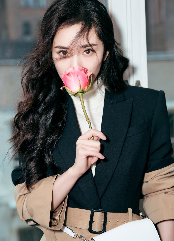 杨幂西装拼接风衣帅气利落 手持玫瑰散发浓浓女人味