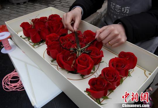 """情人节催热""""浪漫经济"""" 鲜花市场提前备货"""