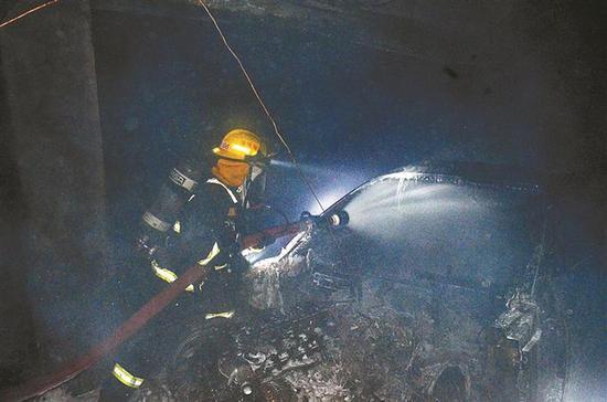 深圳一小区地下停车场突发火灾