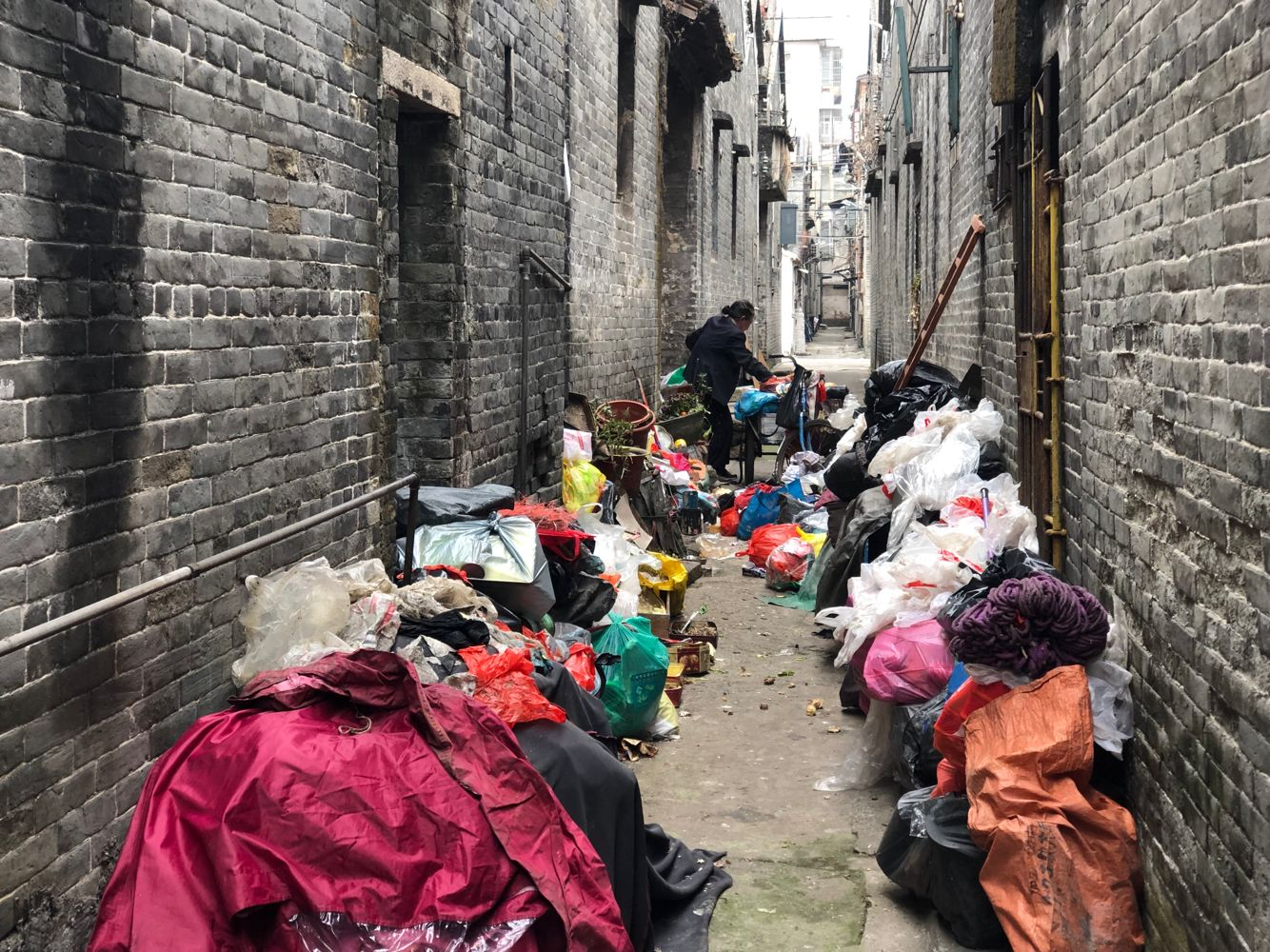婆婆捡垃圾堆满巷道 清理后又复原样