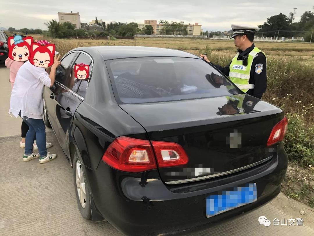 江门:粗心妈妈赏花误将2岁幼童反锁车内 幸遇交警破窗施救
