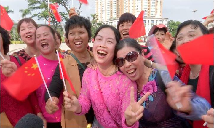 """近千市民参与新春""""快闪""""活动 齐唱《我和我的祖国》"""