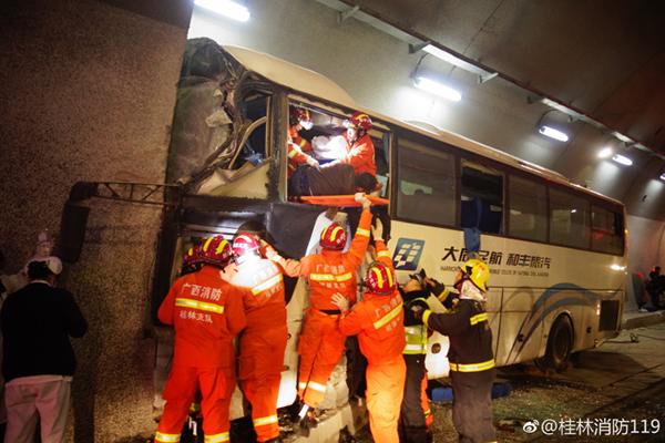 四川开往广州一52人客车高速失控撞隧道壁,已致4死多伤
