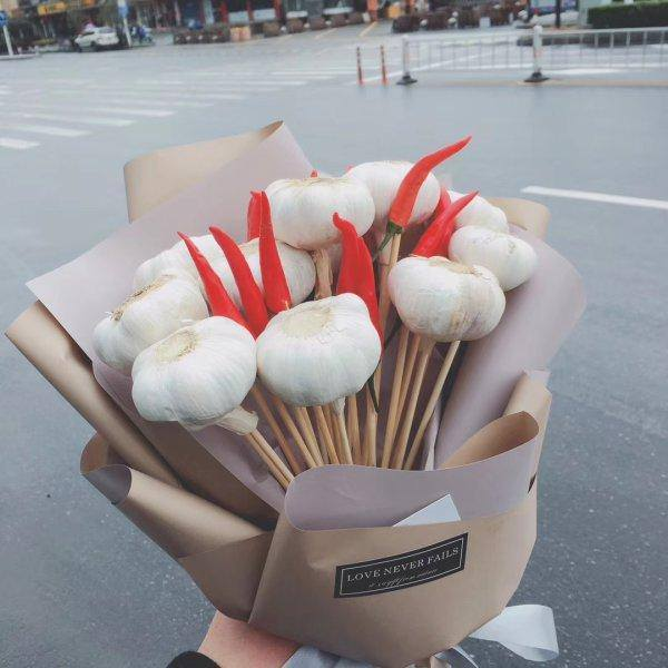 创意花束走俏市场 90后小伙追女生不送玫瑰送大蒜