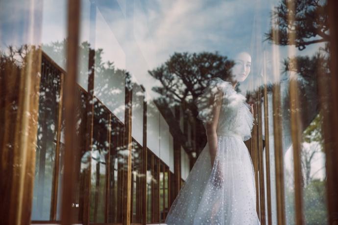 李沁一袭白色蕾丝裙仙气飘飘 樱花树下留影春日感十足