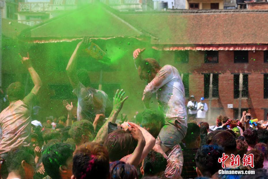 尼泊尔民众庆祝洒红节 古老城市的五彩狂欢