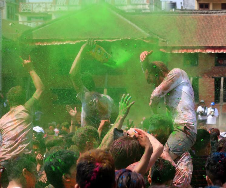 尼泊尔民众庆祝洒红节