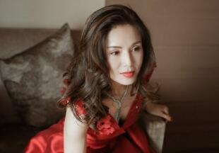 李若彤一袭红裙女人味十足 俯身提鞋小露事业线
