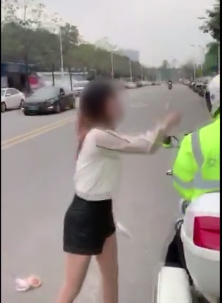 蓬江一男一女因车辆被贴罚单向协警撒泼 被拘留!