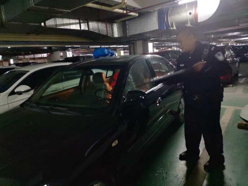 惊险!女童被困车里,巡警及时解救