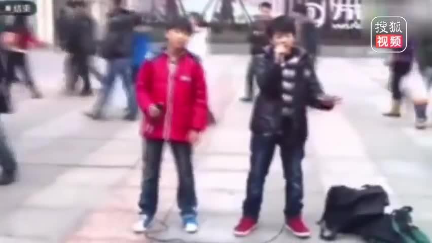 王源王俊凯早年街头唱歌 两元一首引围观