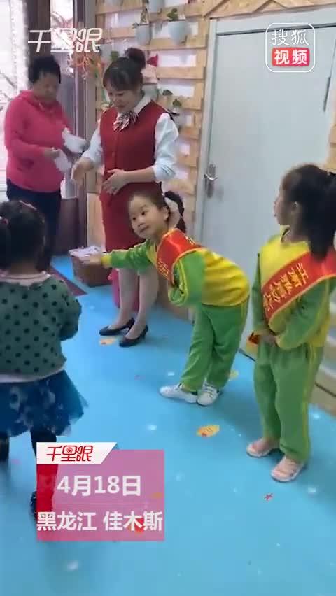 萌娃幼儿园门口迎宾走红 专业神态令人忍俊不禁