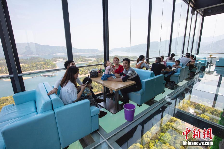 """江西庐山西海建99米""""高空咖啡屋"""" 游客""""全透明""""观景"""