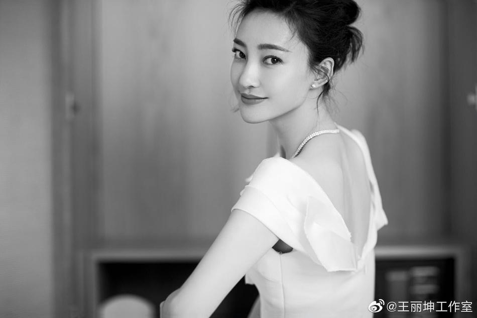 王丽坤大秀美背长腿