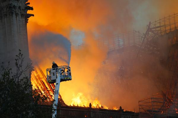 法国警方官员:巴黎圣母院火灾或由电线短路引发