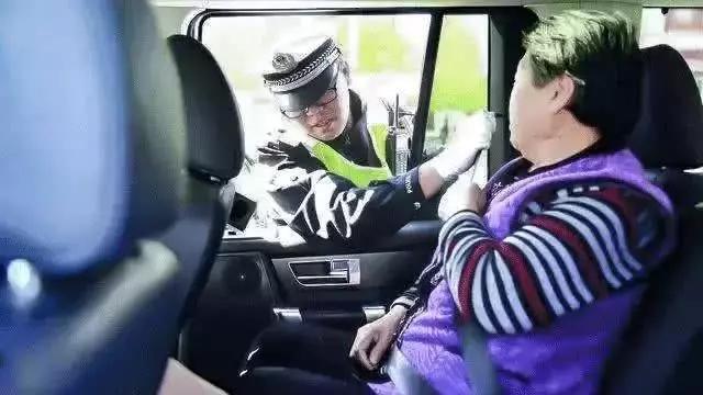 广州后排乘客不系安全带也要罚款了