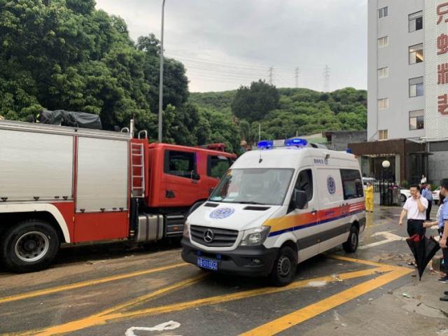 深圳暴雨土墙垮塌两人被困续:一小孩抢救无效死亡