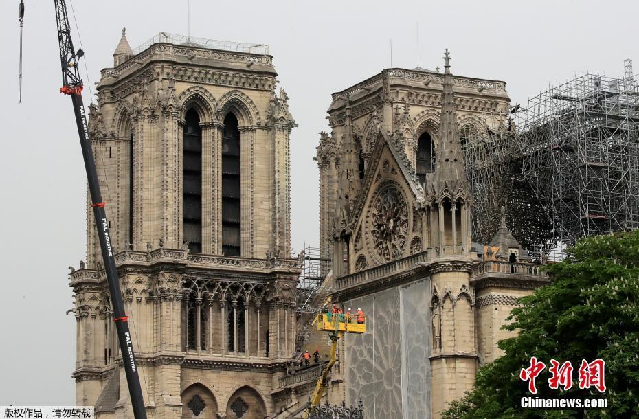 巴黎圣母院暂时覆盖防水布遮雨
