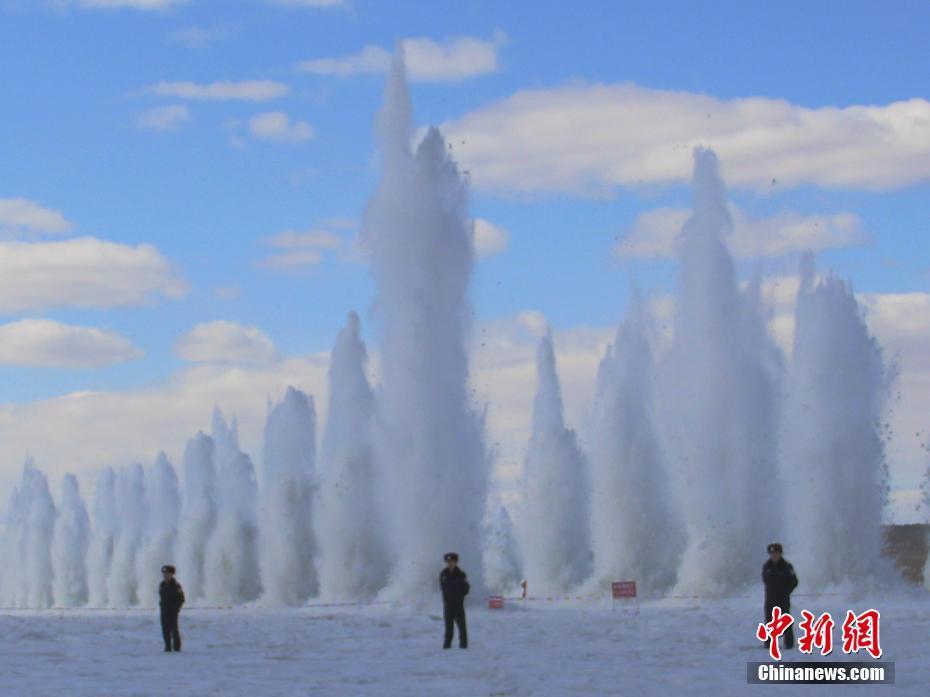 """黑龙江即将开河 冰凌爆破激起百米""""冰瀑"""""""