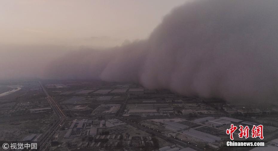 """航拍新疆强沙尘暴 """"沙墙""""在城市中推进"""