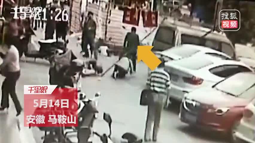 飞来横祸!施工钢管从高空坠落 行人被砸致1死1伤