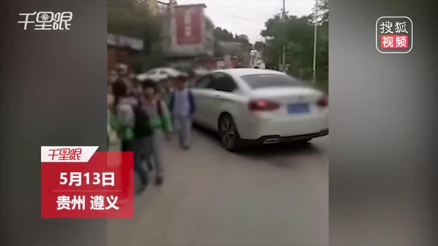 小车司机急着接自己家孩子 顶开小学生队伍强行通过