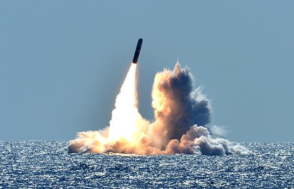 美国海军试射未装弹头的洲际导弹
