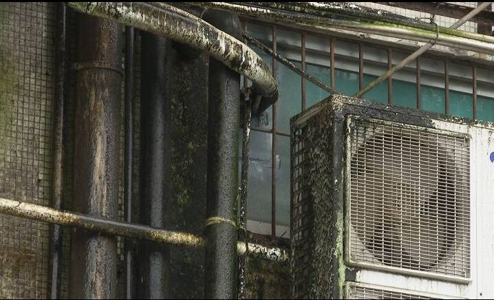 蓬江区多个临街商铺遭遇漏水问题
