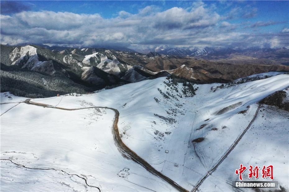 甘肃祁连山下雪峰皑皑