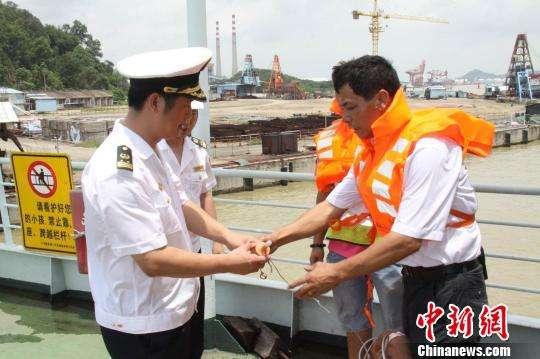 一艘货船珠江遇险倾侧,船体进水5人被困!广州水警快速救援成功