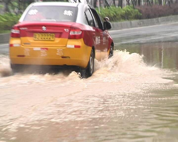"""暴雨来袭 市区多个路段出现""""水浸街"""""""