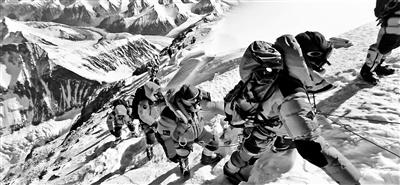 珠峰拥堵320人等登顶
