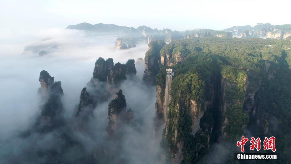 湖南张家界云雾绕峰林