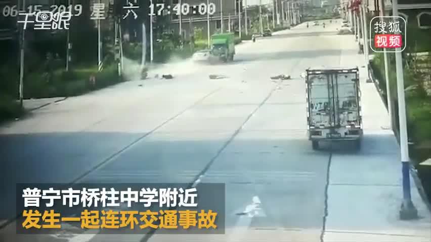 監控曝光!小車蛇形走位避讓失敗連撞3車