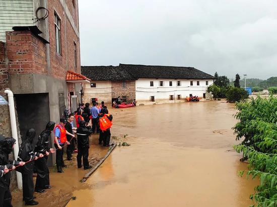 河源连平县连遭暴雨 转移4000人