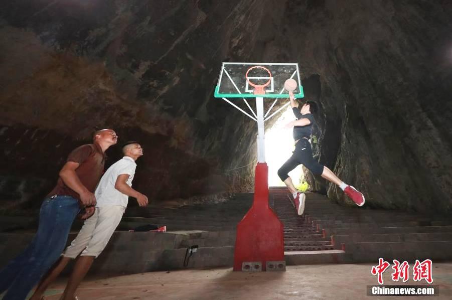 贵州溶洞内建篮球场