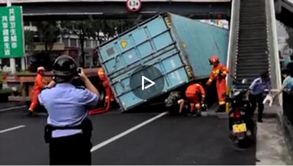突發!市區一貨車貨柜超高側翻,殃及兩名路過司機