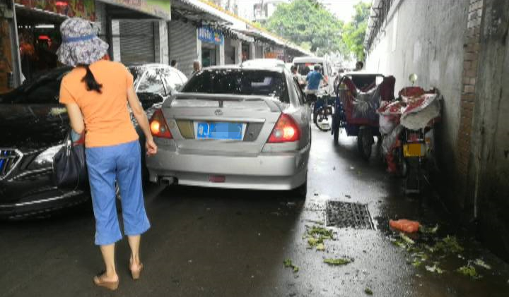 市中心医院附近小巷流动摊贩多 食品卫生令人堪忧