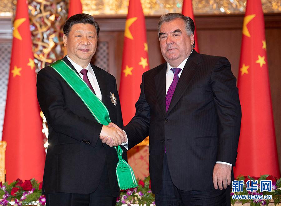 习近平接受塔吉克斯坦总统授予王冠勋章