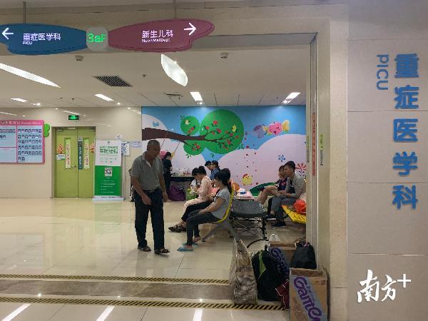 救治逾50小时,深圳被砸伤男孩仍昏迷,热心市民前来打气