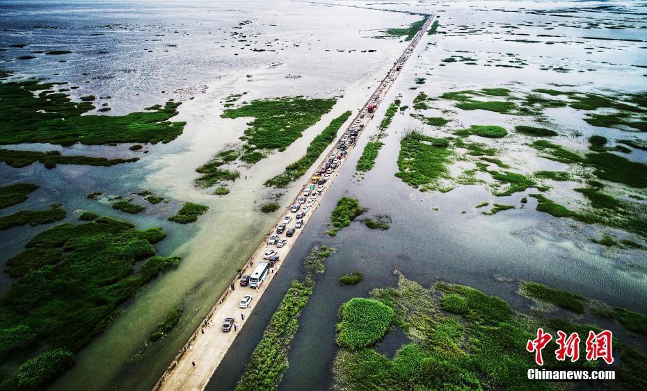 鄱阳湖水上公路引游客