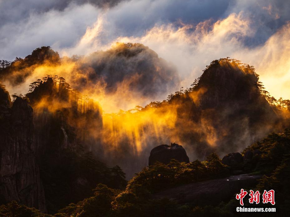 安徽黄山现云海景观