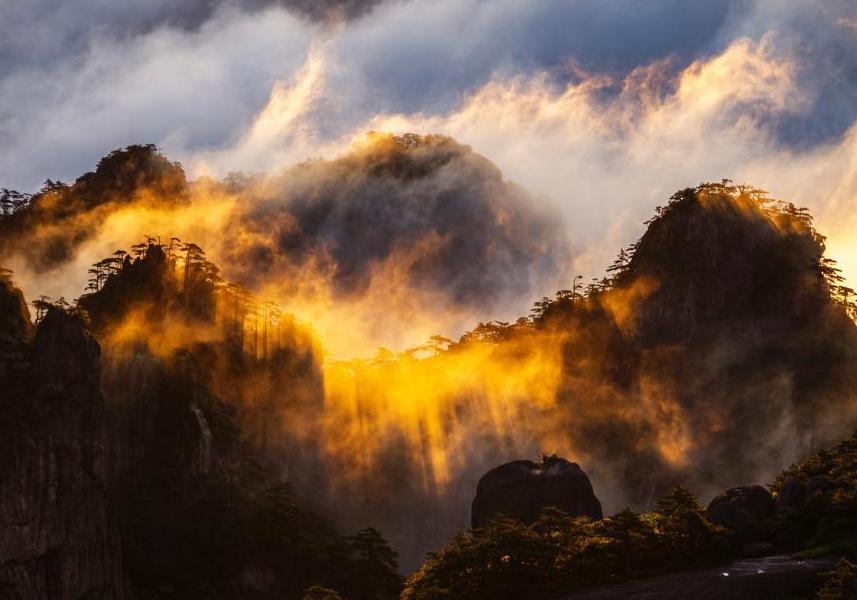 安徽黃山現云海景觀 云浪金輝熠熠