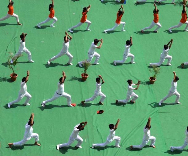 印度學生集體練瑜伽