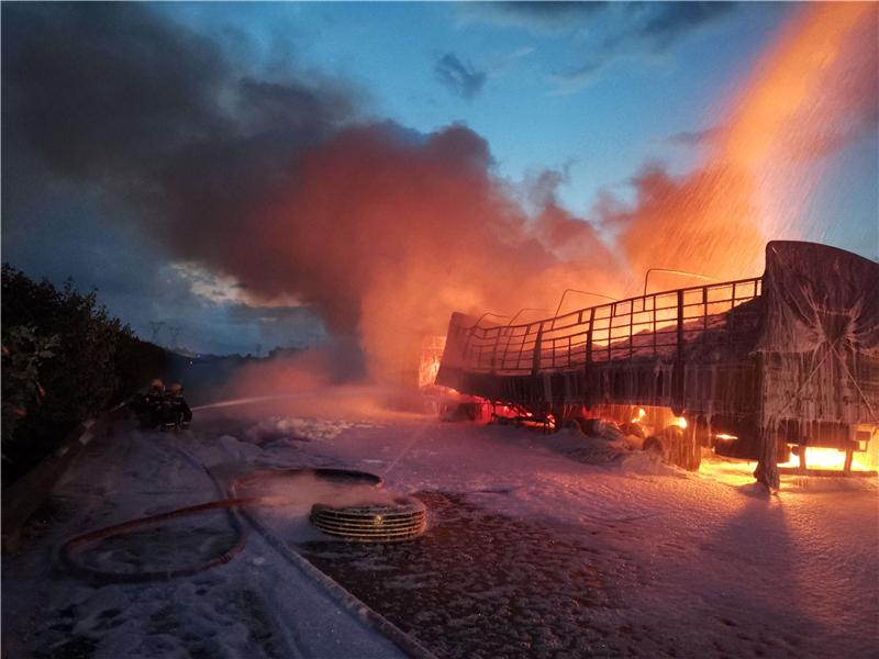 装聚乙烯挂货车在江门境内高速起火