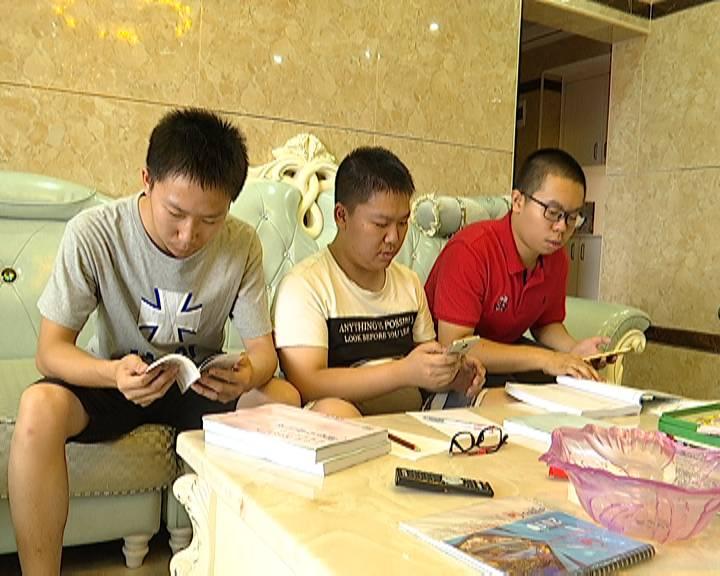 广东高考成绩公布 记者与学生一道见证放榜时刻