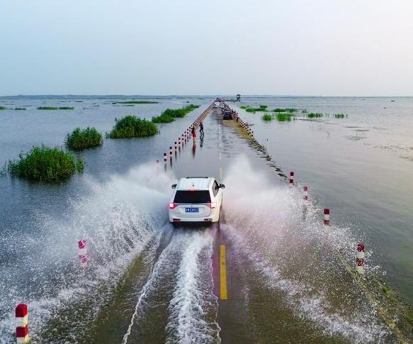 鄱阳湖水上公路成美景