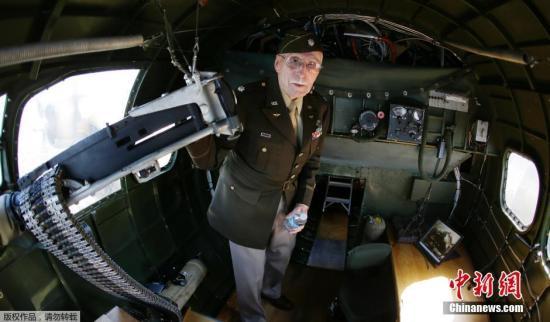 97岁老兵在法�p�h�h国跳伞