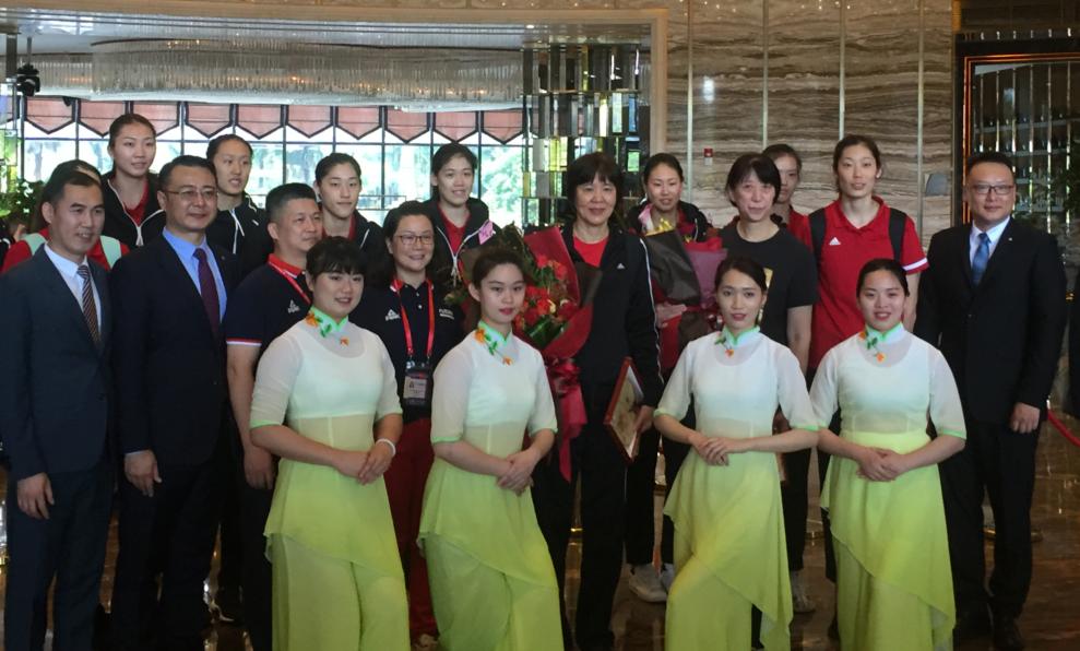 中国女排今天顺利抵 �@一�卮锝�门 总教练郎平携众女将亮相